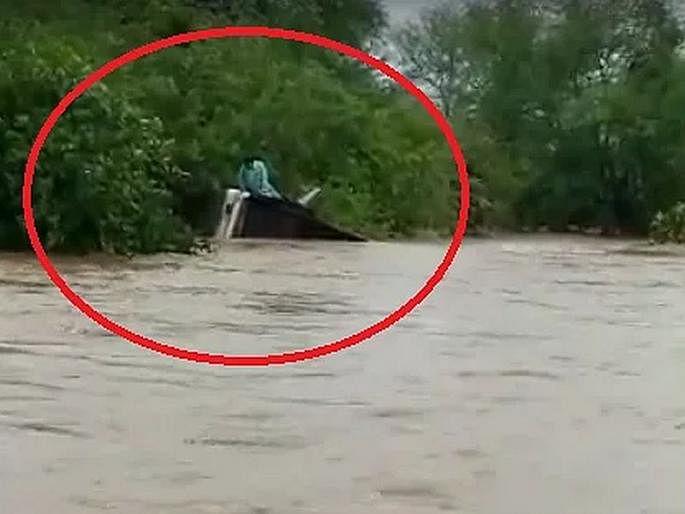 मुसळधार पावसात बस पुलावरुन थेट पाण्यात