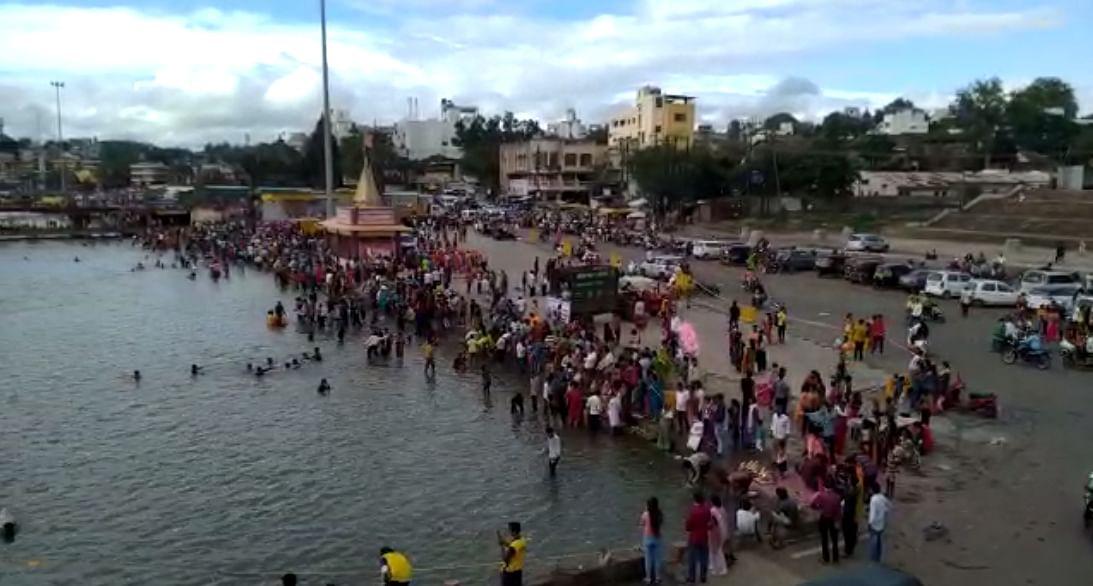 Video : गोदातीरी भाविकांची तुफान गर्दी; मनपा व पोलीस आयुक्तांचे केविलवाणे आवाहन