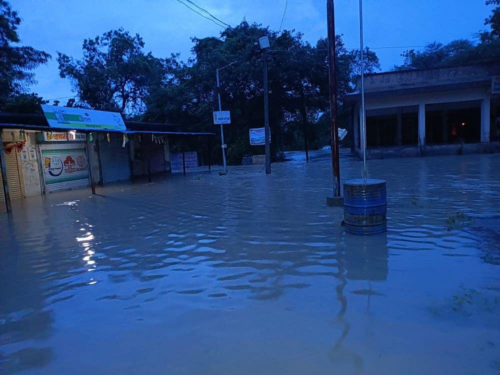 Visual Story : कांबी परिसरात मुसळधार; गावात घुसले पाणी