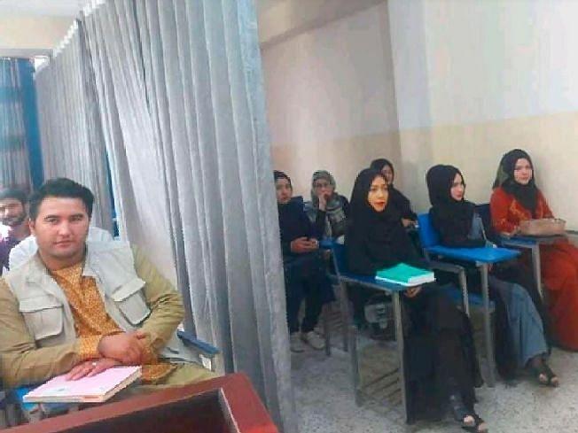 तालिबानकडे सत्ता गेल्यानंतरचा हा पहिला  फोटो, विद्यापीठात मुले-मुलींमध्ये पडदा