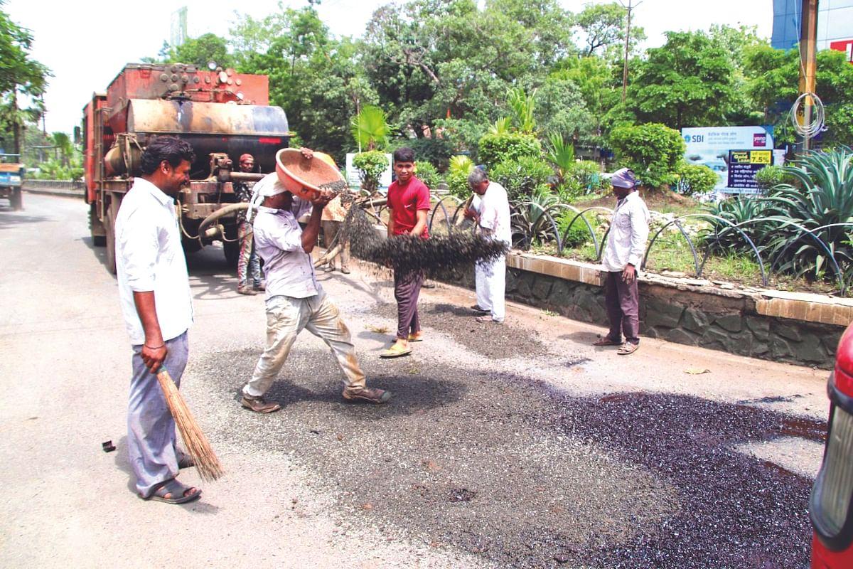 जळगाव शहरातील रस्ते दुरुस्तीचा श्रीगणेशा