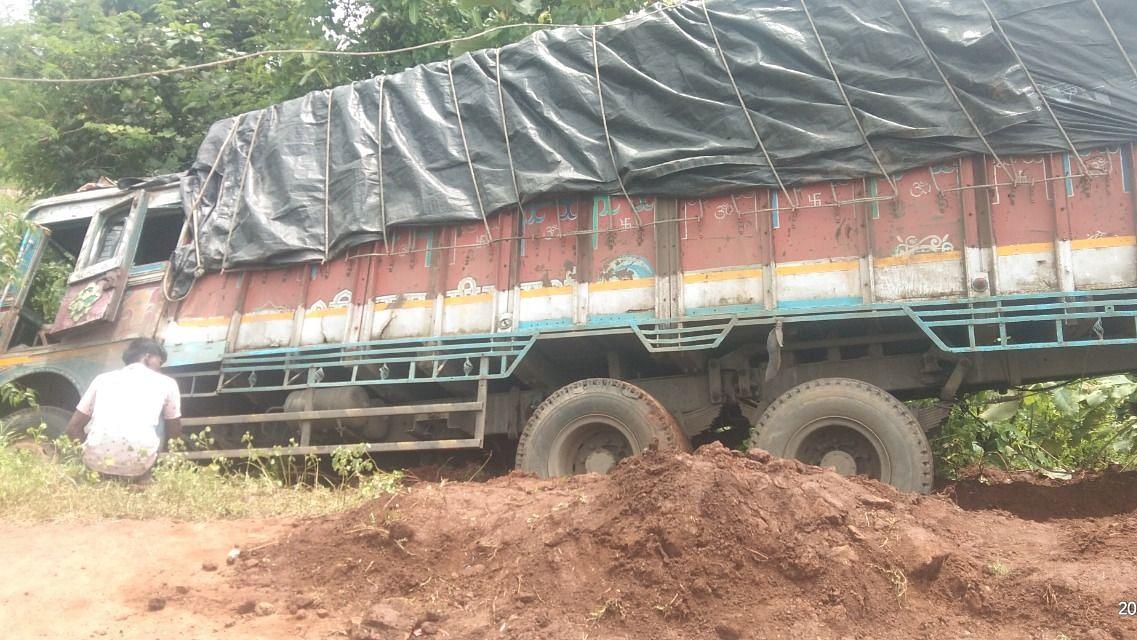 धोकादायक वळणावर मालवाहतूक ट्रक उलटला