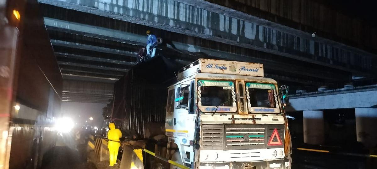समृद्धी महामार्गाच्या पुलाखाली अडकला कंटेनर