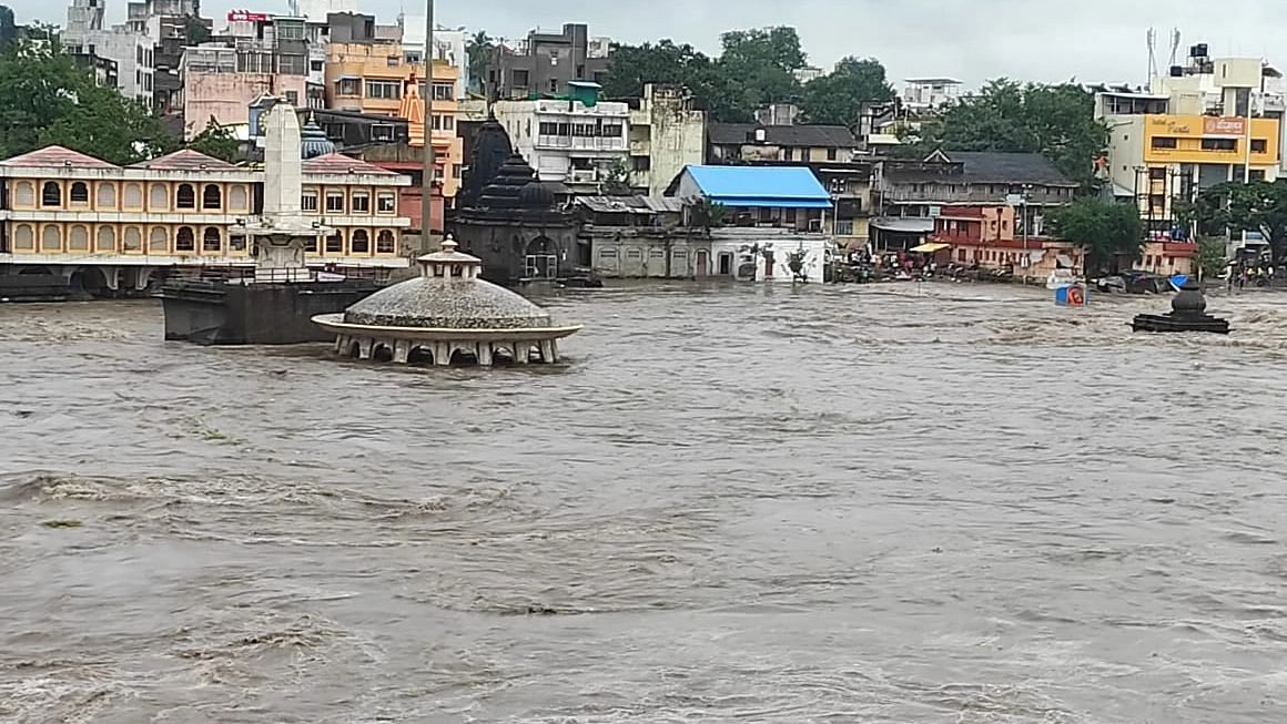 Photo : रामसेतू पुलाला लागले पाणी; गोदावरीला आला पूर