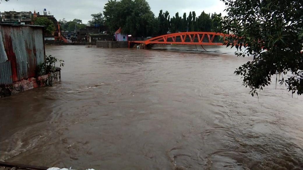 चाळीसगाव :  डोगरी व तितुर नदींच्या पाण्याची पातळी वाढली
