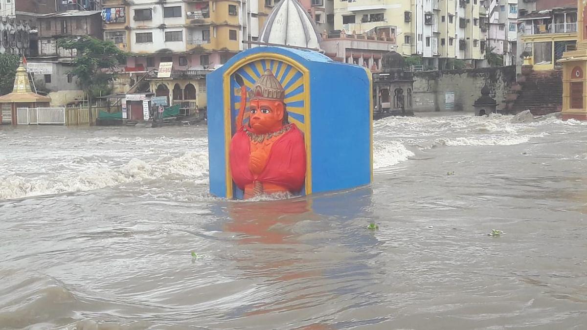 PHOTO गोदापात्रात आवक वाढली, दुकानांमध्ये पाणी, मंदिरे बुडाली !
