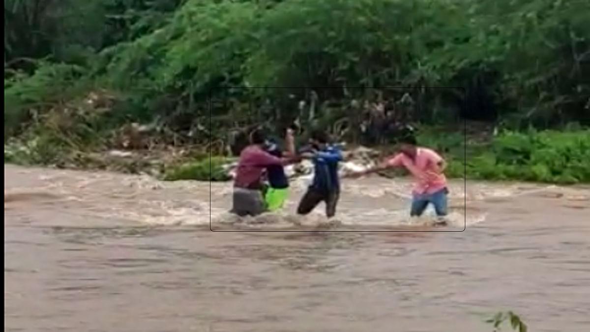 Video : चौघांच्या शौर्याला सलाम! लेंडी नदीच्या पाण्यातून वाचवला एकाचा जीव