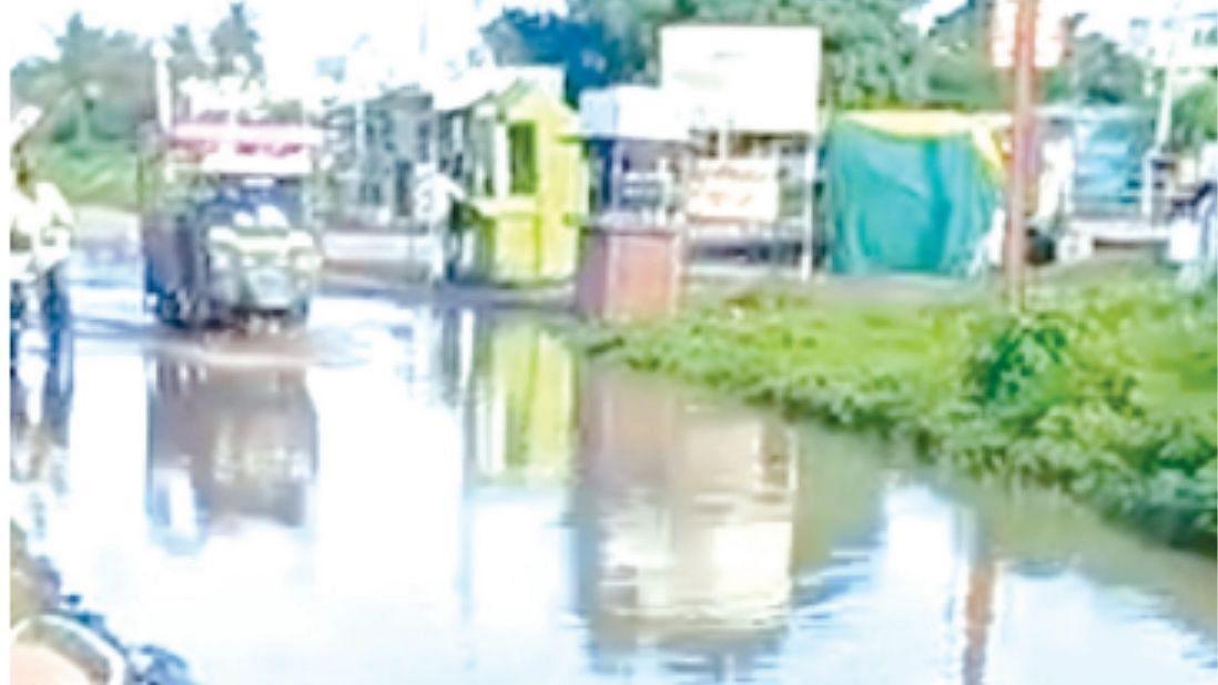 रस्ता बनला पाण्याचं तळं