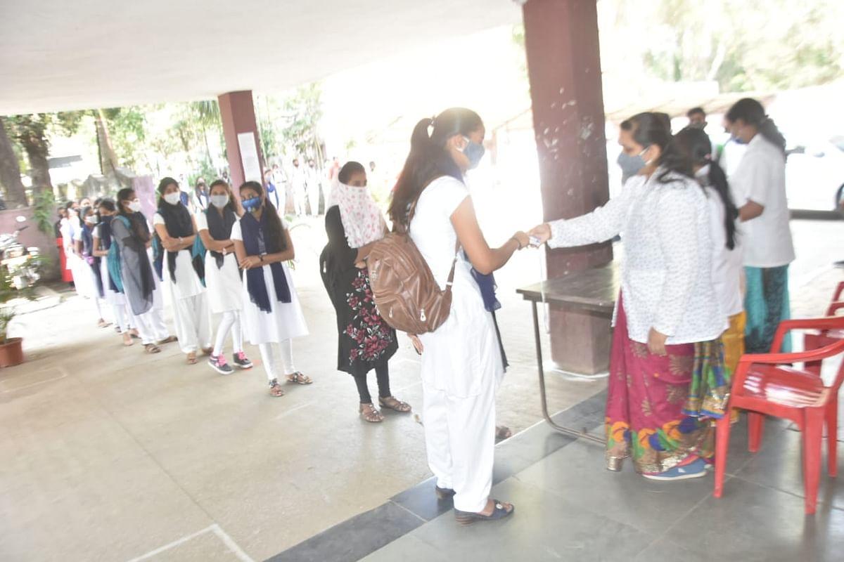 Photo शाळेची घंटा वाजली, असा दिला विद्यार्थ्यांना पहिल्या दिवशी प्रवेश