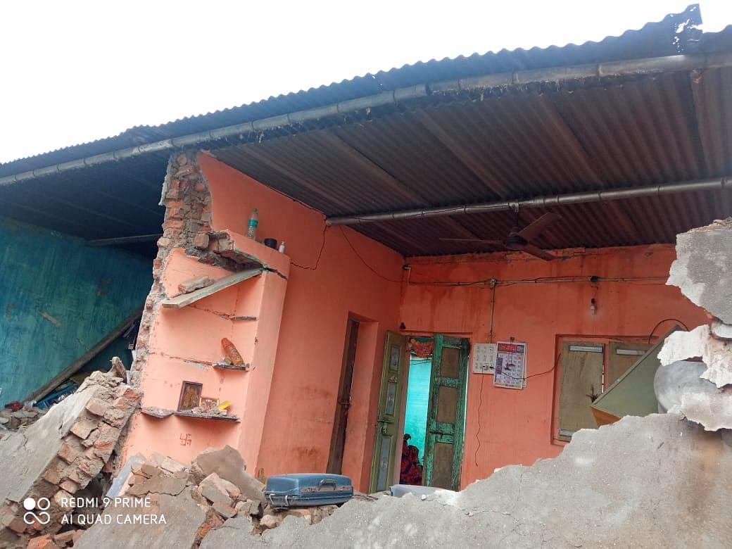 उंबरेत घराची भिंत पडून शाळकरी विद्यार्थीनीचा मृत्यू