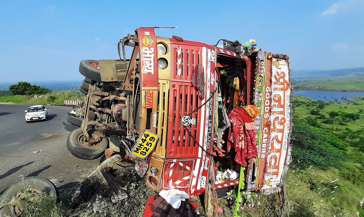 केमिकल पावडर घेऊन जाणारा ट्रक उलटला