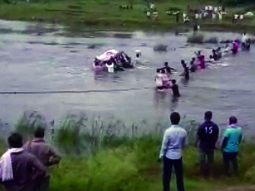 Video मरणानंतरही अनंत यातना ; अंत्यसंस्कारासाठी नदीतून करावा लागतो जीवघेणा प्रवास