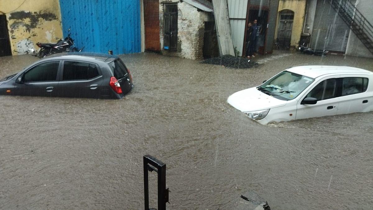 विजांच्या कडकडाटासह पावसाचे तांडव; रस्त्यांना आले नदीचे स्वरूप, पाहा व्हिडिओ