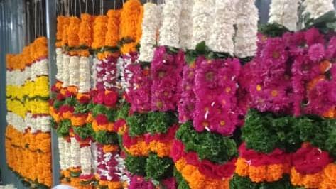 दसरा सणाच्या पार्श्वभूमीवर सुप्याची फुलांची बाजारपेठ सज्ज