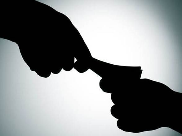 पोलीस नाईकाला १० हजार रुपयांची लाच घेताना रंगेहाथ पकडले