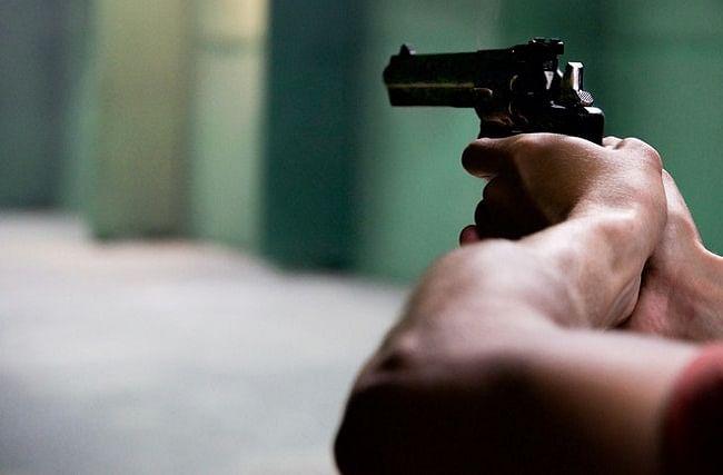 वाळू पुरवठा करणाऱ्यावर भरदिवसा गोळीबार