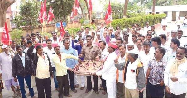 ग्रामपंचायत कर्मचार्यांचे 'भीख मांगो' आंदोलन
