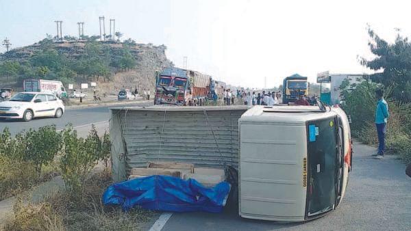 आंबी खालसा फाट्यावर चार वाहनांचा विचित्र अपघात