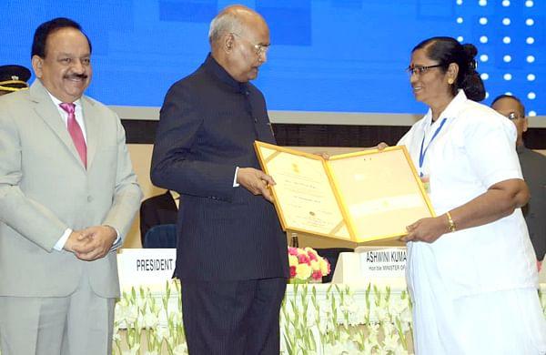 लासूर (ता.चोपडा) प्रा. आरोग्य केंद्राच्या आशा गाजरे यांना 'फ्लोरेन्स नाईटिंगेल' पुरस्कार