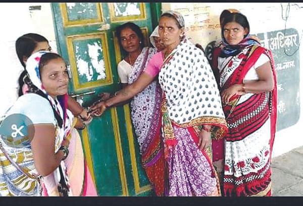 संतप्त आदिवासी महिलांनी ठोकले म्हैसगाव ग्रामपंचायतीला टाळे