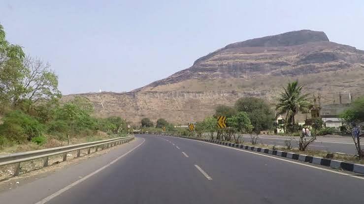 नाशकात ट्रक चोरला नंतर मुंबई-आग्रा महामार्गावर उलटला