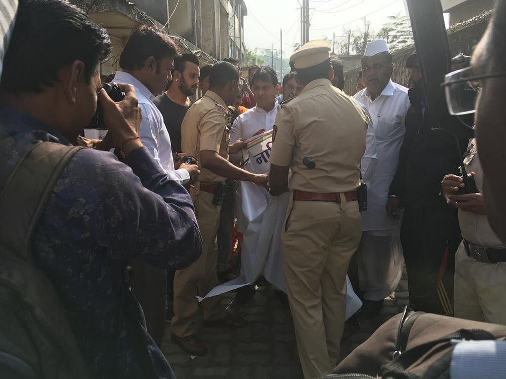 Video : राहुल गांधींच्या बॅनरला काळे फासले; एमजी रोडवरील घटना