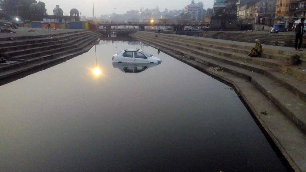 पंचवटी : अनावधानाने हँडब्रेक ओढल्याने कार थेट नदीपात्रात