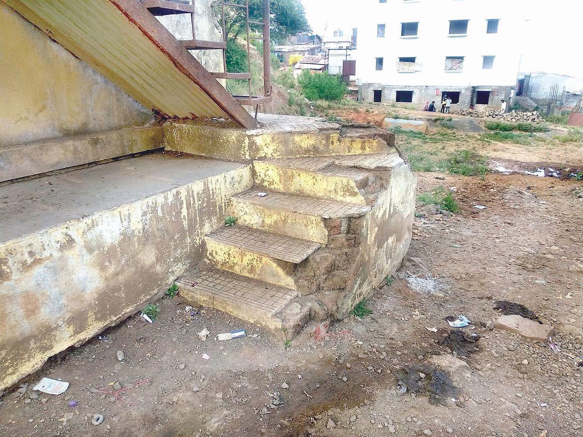 सप्तशृंगी गड : शौचालय बांधा अन्यथा शाळेला कुलूप ठोकणार; ग्रामस्थांचा संताप