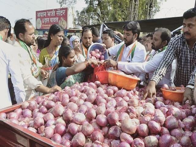 उल्हासनगर : हजार रुपयांच्या कपडे खरेदीवर एक किलो कांदा मोफत!
