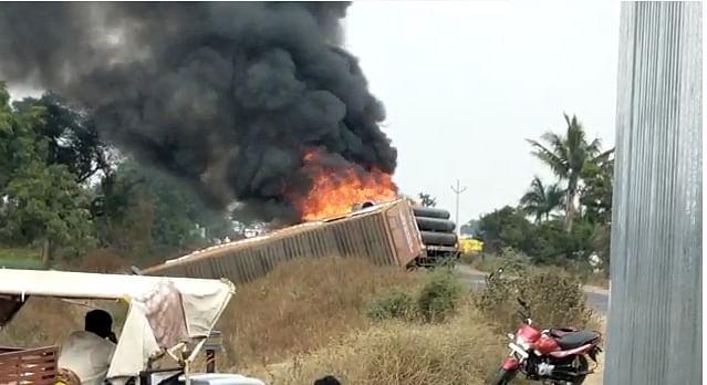 Video : येवल्याच्या रस्त्यावर 'द बर्निंग ट्रक' चा थरार; पाईपांनी भरलेला ट्रक आगीत जळून खाक