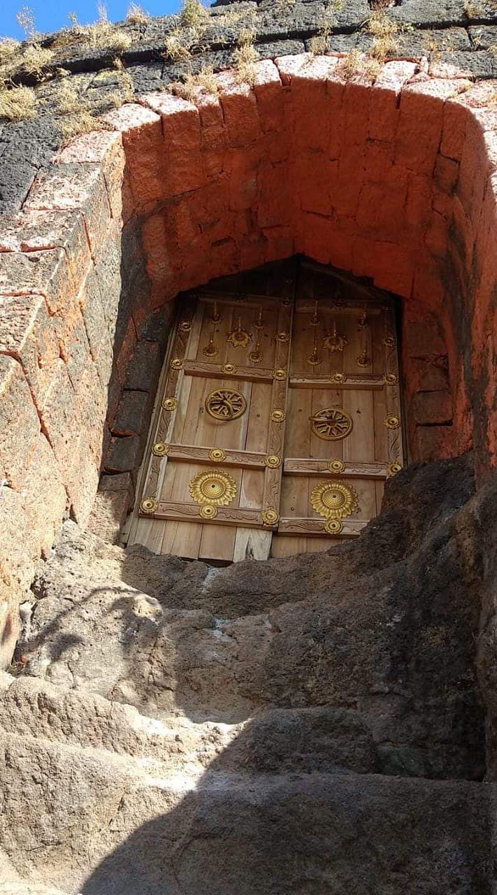 हरिहर किल्ल्यावर आता सागवानी प्रवेशद्वार; हुल्लडबाजी करणाऱ्यांना बसणार चाप