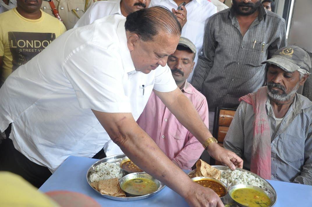 नगरमध्ये कुठे मिळणार शिवभोजन थाळी? पालकमंत्री हसन मुश्रीफ यांनी स्वतः वाढले 'शिवभोजन'चे ताट