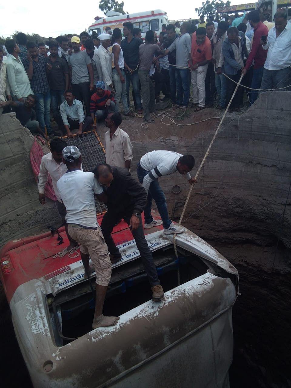 Video : देवळा : मेशी गावानजीक भीषण अपघात; रिक्षा व बस विहिरीत कोसळली