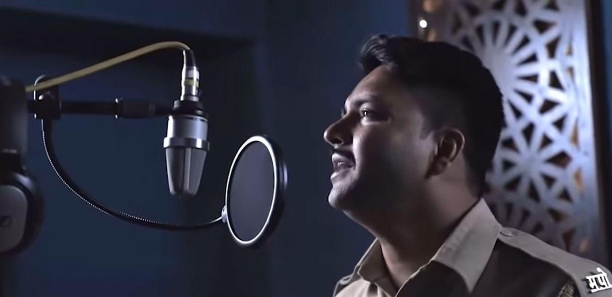 Video : पुण्यातील खाकीतला गायक, आवाज ऐकून थक्क व्हाल…