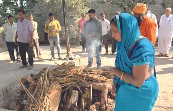 जैन धर्माच्या परंपरेला छेद : तीन युद्धांत सहभागी झालेल्या पतीला पत्नीने दिला मुखाग्नी
