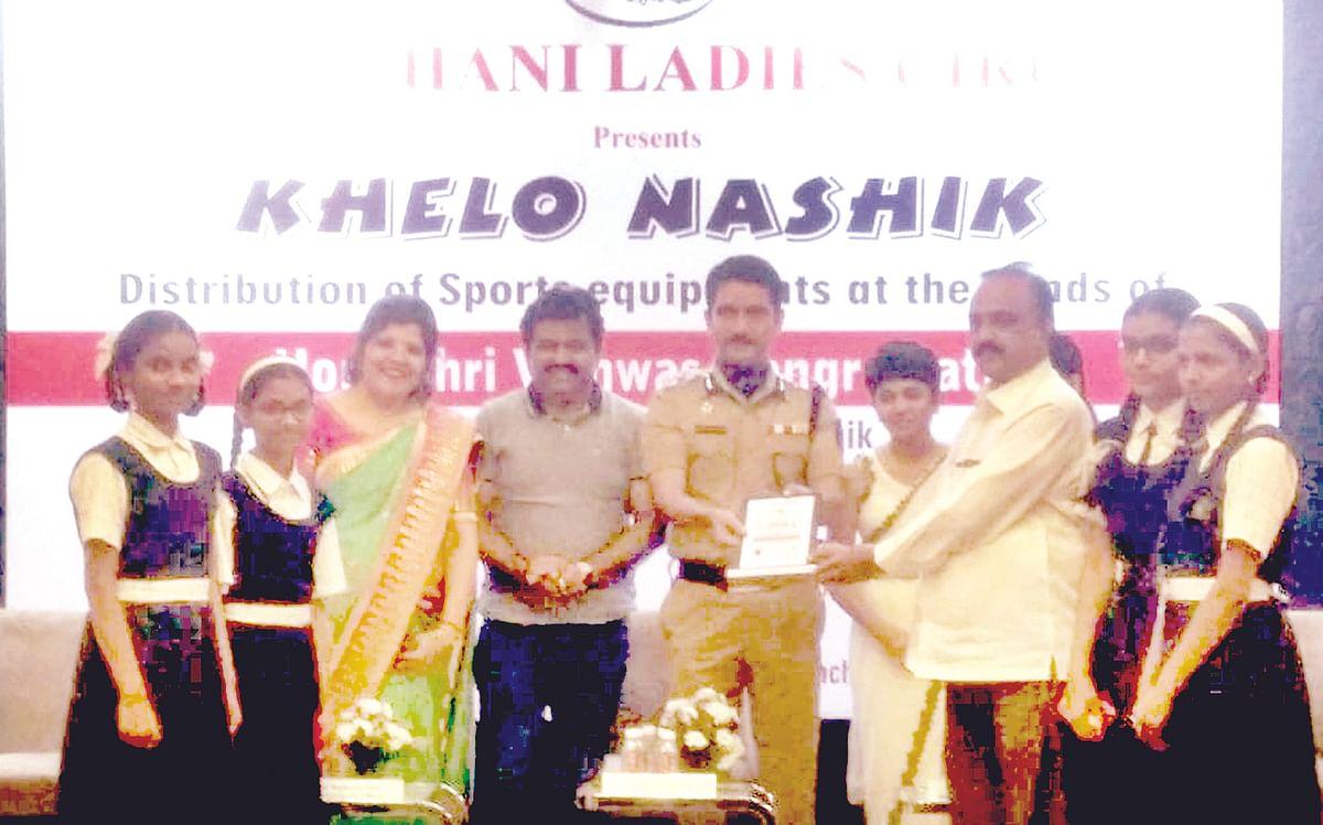 KHELO NASHIK : Rajasthani Ladies Circle distributes sports equipments to 22 schools