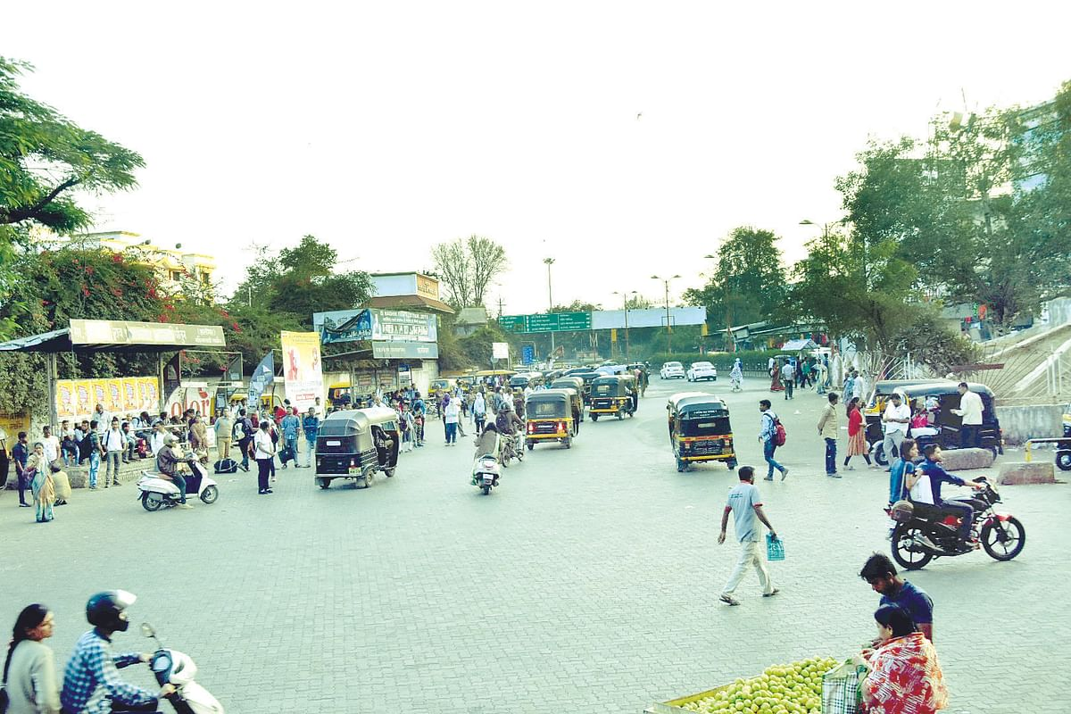 Illegal parking, encroachment cause traffic congestion at Shalimar Chowk