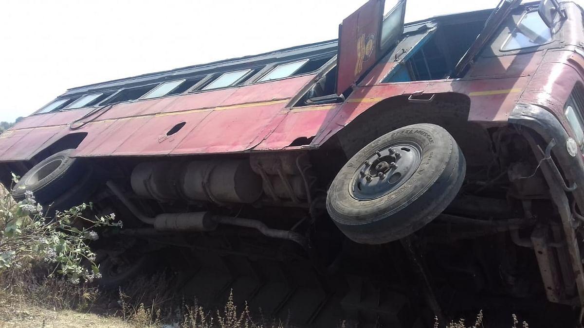 लासलगाव-चांदवड बसला वाळकेवाडी फाट्याजवळ अपघात; १५ ते २० प्रवासी जखमी