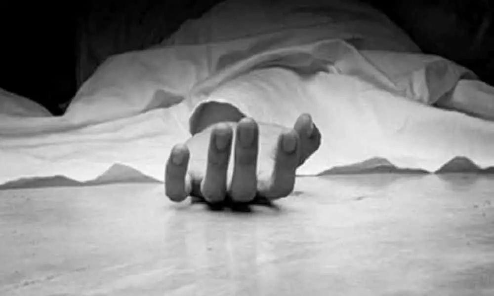 स्टेशन उपप्रबंधकाची धावत्या रेल्वेखाली आत्महत्या