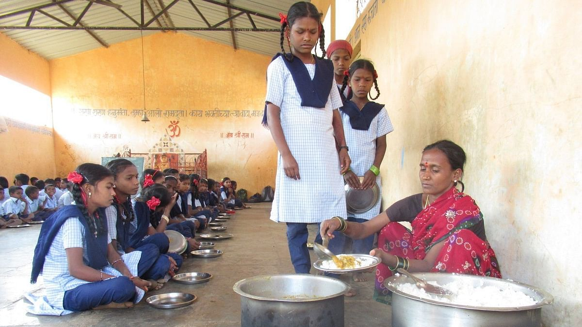 येवला : पोषण आहाराचा तांदूळ गायब करतांना मुख्याध्यापकासह टेम्पो जप्त