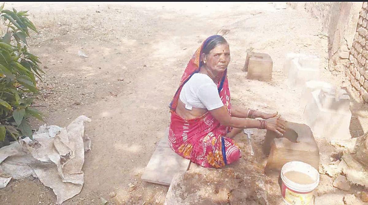 दिंडोरी : मातीच्या चुलींना सुगीचे दिवस; महिलांच्या हातांना रोजगार