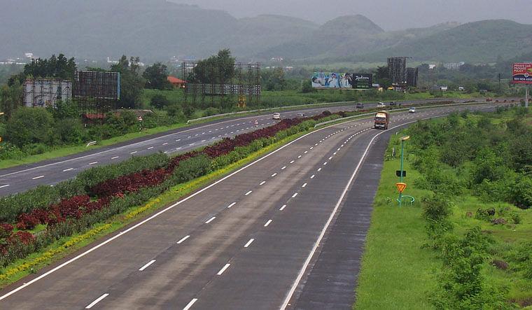 मुंबई-पुणे महामार्ग वाहतुकीसाठी बंद; राज्यात संचारबंदी लागू होण्याची शक्यता