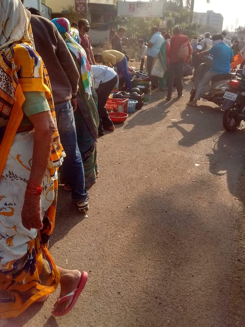 नाशिक : आरटीओ ऑफीसच्या समोर नागरिकांची रोजच होते नाहक गर्दी