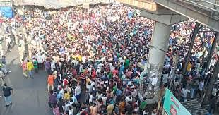 Police use force to disperse migrant workers gathered outside Bandra railway station