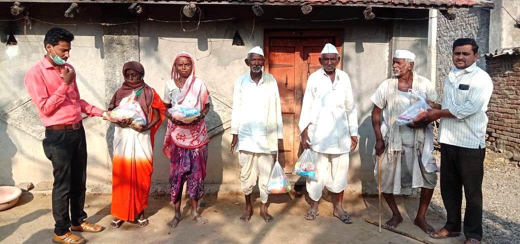 सिन्नर : दापुर परिसरातील आदिवासी कुटुंबांना २५ हजारांचे किराणा साहित्य वाटप