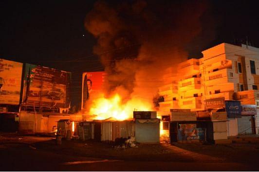 भंगाराच्या दुकानाला लागलेल्या आगीमध्ये इतर दुकानेही भस्मसात