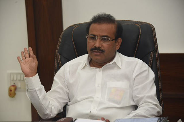 COVID-19 : Rajesh Tope holds review meet with administration
