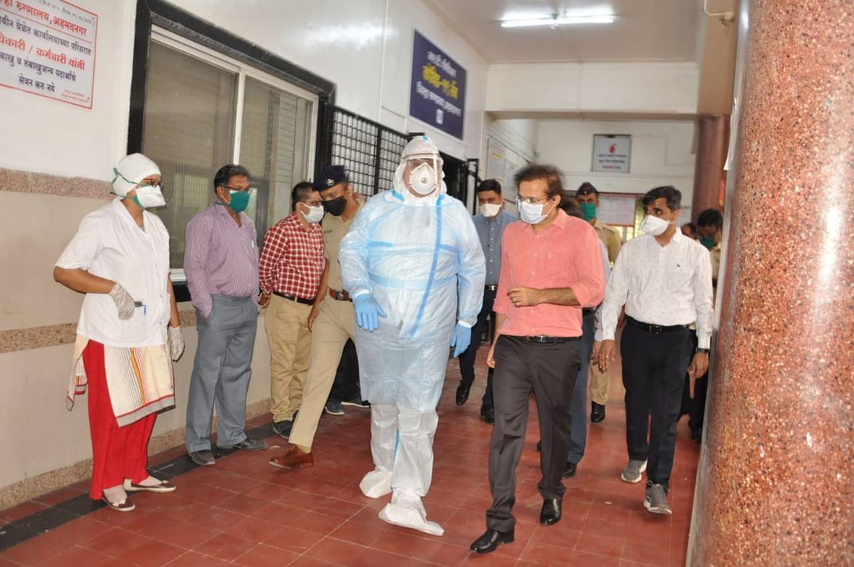 नगर – जिल्हा रुग्णालयात लवकरच कोरोना टेस्ट लॅब कार्यान्वित; पालकमंत्री हसन मुश्रीफ यांनी दिली लॅबला भेट