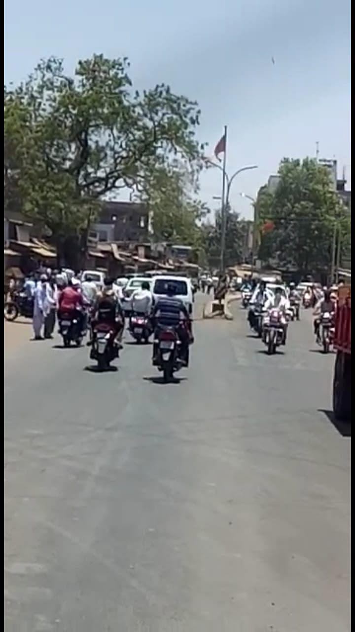 दिंडोरी शहरात बाजारपेठा बंद असतांनाही नागरिकांची गर्दी