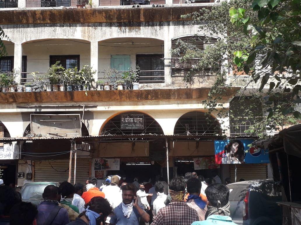 दिंडोरी शहरात वाईन शॉपवर प्रचंड गर्दी; सोशल डिस्टन्सीचा फज्जा